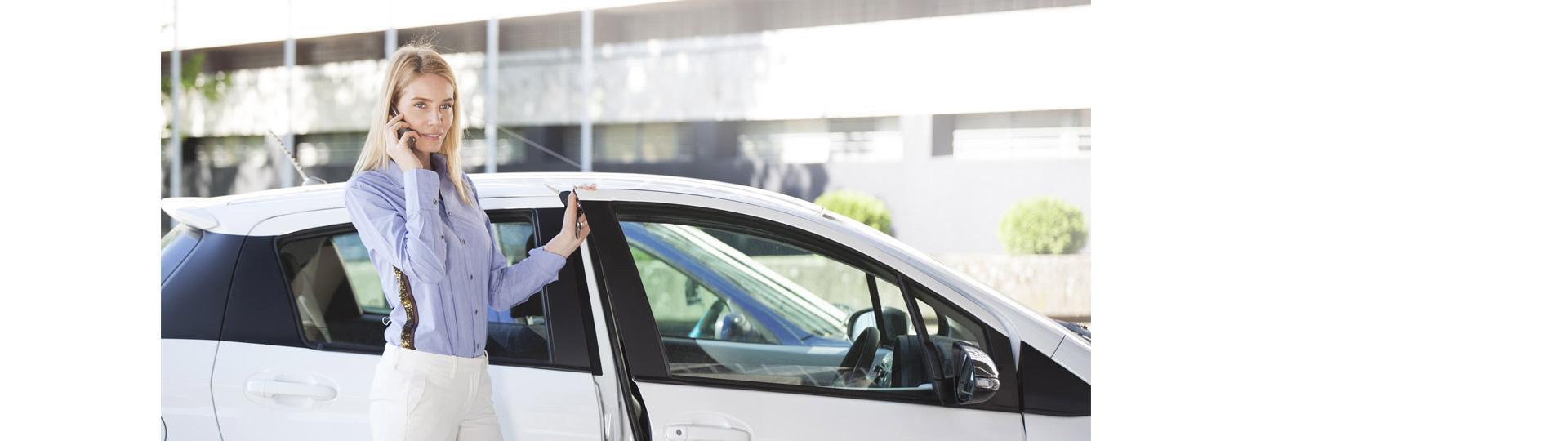 kobieta obok białego auta
