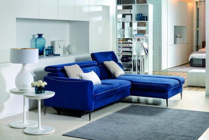 velurowa, naróżna, niebieska sofa